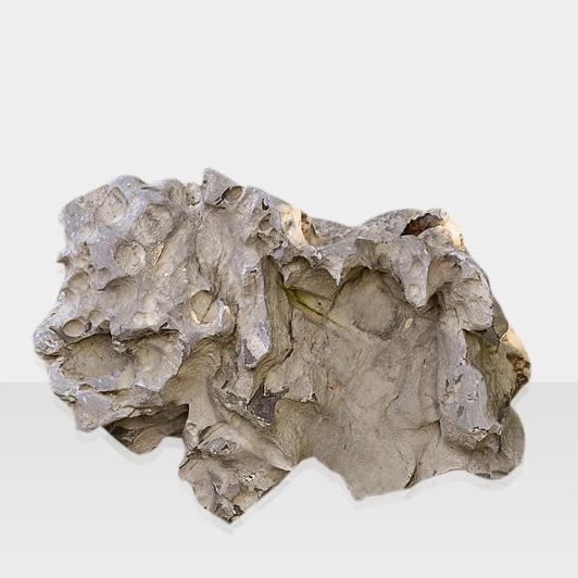 Naturbelassener Quellstein als Brunnen