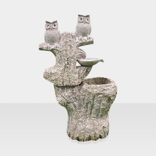 Steinbrunnen Eulen auf einem Baum