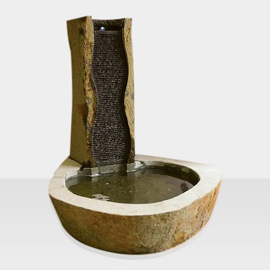 Brunnen mit Wasserfall