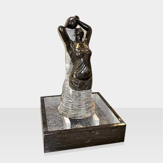 Brunnen aus Naturstein Modell Brunnenfigur Frau mit Krug