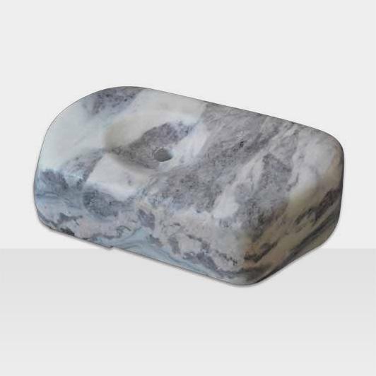 Schwarz-weisser Natursteinblock als Brunnen