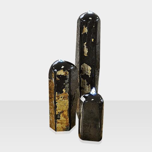 Brunnen aus Naturstein Modell Quellsteinbrunnen mit schwarzen Stelen
