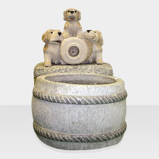 Steinbrunnen mit Hunden