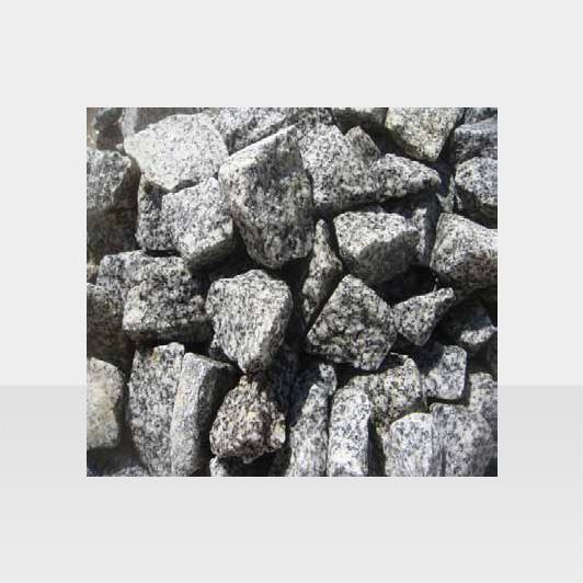 Weisser Gartenkies mit schwarzen Punkten, kantig
