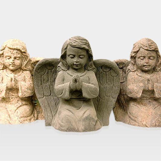 Steinfigur drei betender Engel